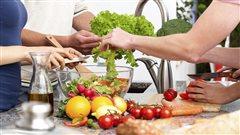 Un groupe de personnes pr�pare ensemble un repas.