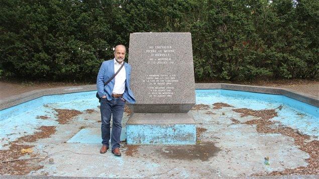 L'historien Éric Bédard pose devant le socle de la statue disparue d'Iberville.