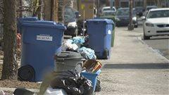 La Ville de Québec corrige le tir sur la collecte des ordures. Les changements annoncés au printemps dernier avaient donné lieu à de nombreuses plaintes.