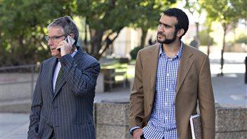 Omar Khadr (à droite) en compagnie de son avocat Dennis Edney.