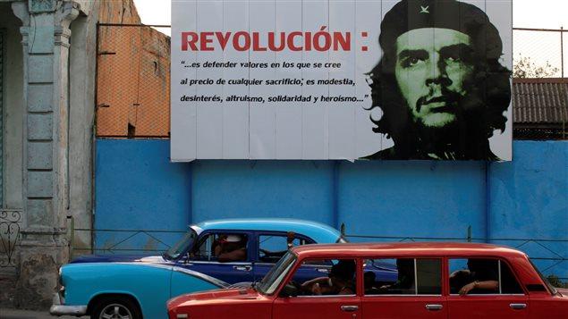 """Un póster en las calles de La Habana con la imagen del líder revolucionario Ernesto """"Che"""" Guevara."""