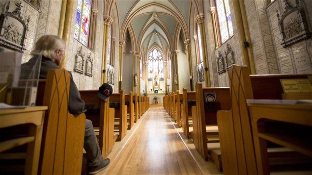 L'int�rieur de la chapelle, le Sanctuaire de Notre-Dame du Sacr�-C�ur.