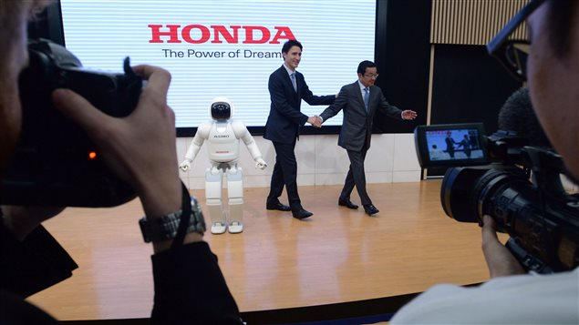 Prime Minister Justin Trudeau meets Honda Motor Co. President and Chief Executive Officer Takahiro Hachigo and Honda Robot Asimo in Tokyo, Japan on Tuesday, May 24, 2016.