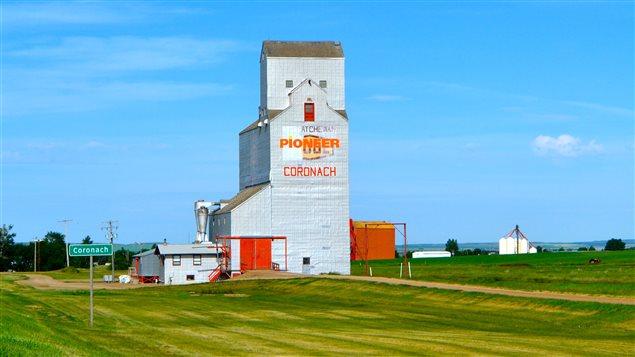 Élévateur à grains dans la communauté de Coronach en Saskatchewan