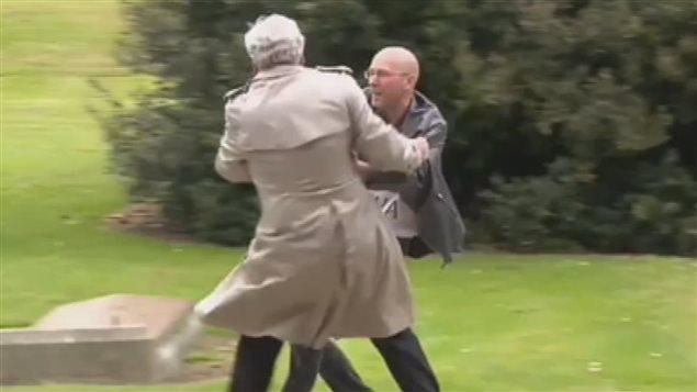 Kevin Vickers (izq.) expulsa a manifestante en ceremonia Dublin, Irlanda.