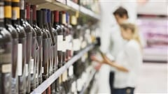 Des consommateurs devant une sélection de vins