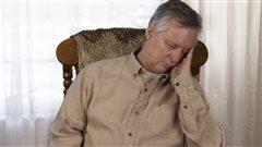 Un homme somnole