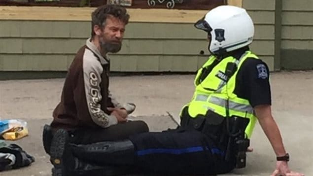 The sight of Const. Shaw Currie talking to a street person so impressed passerby Brun Baurin that he took a photo and tweeted it.