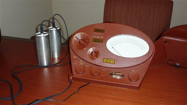 L'électropsychomètre ou électromètre est utilisé par les scientologues pour mesurer les émotions à l'Église de scientologie, à Québec, le 18 mars 2010.