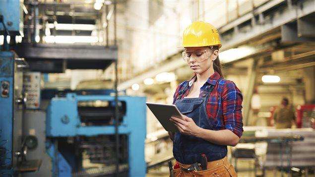 Une jeune femme employée dans une usine.