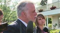 Le premier ministre et chef libéral Philippe Couillard s'adresse aux journalistes à l'entrée du manoir Montmorency le 30 mai 2016, peu avant un caucus extraordinaire.