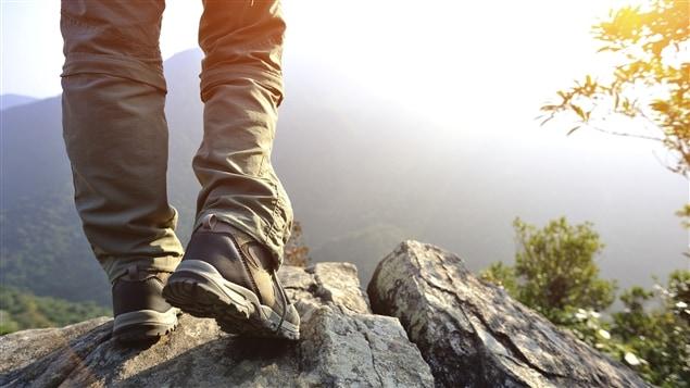 Un homme fait de la randonnée pédestre.
