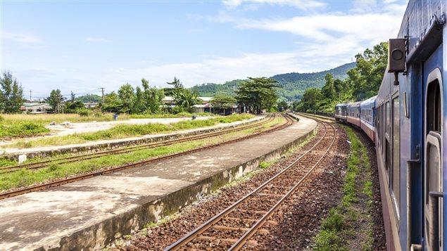 Un train passe à travers les montagnes
