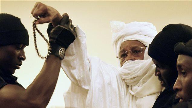 Hissène Habré, portant boubou et urban blanc, au premier jour de son procès, le 20 juillet 2015.