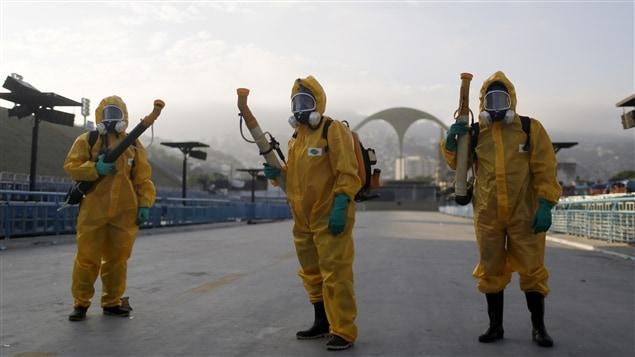 Des travailleurs étendent de l'insecticide à Rio de Janeiro, au Brésil le 31 mai dernier.
