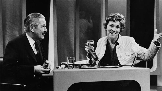 C'était l'époque où il était permis de fumer dans un studio de télévision : Andréanne Lafond en compagnie du grammairien Gérard Dagenais (5 novembre 1969).