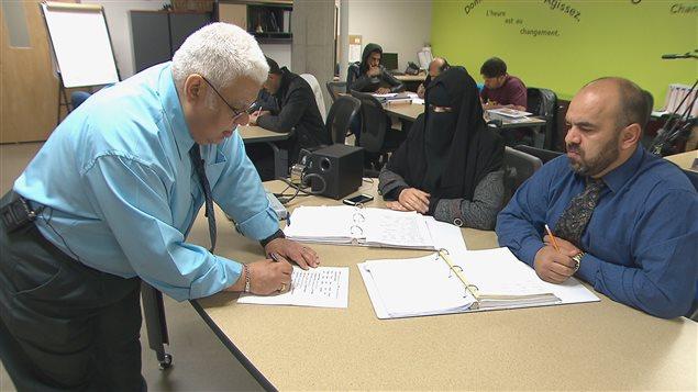 Thoraya Alopid et Khaled Fakhouri dans une classe d'anglais avec d'autres étudiants syriens