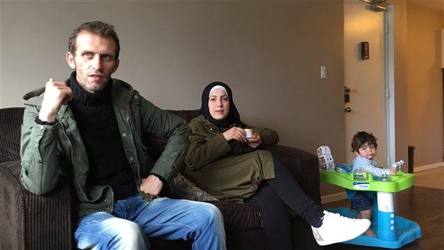Yamin Quassim et Eman Altoron suivent des cours d'anglais en alternance pour prendre soin du petit Ahmad