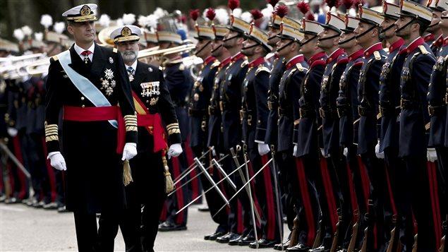 El rey Felipe de España, vestido con su uniforme de capitán general del ejército, pasa revista a los miembros de las fuerzas armadas españolas.