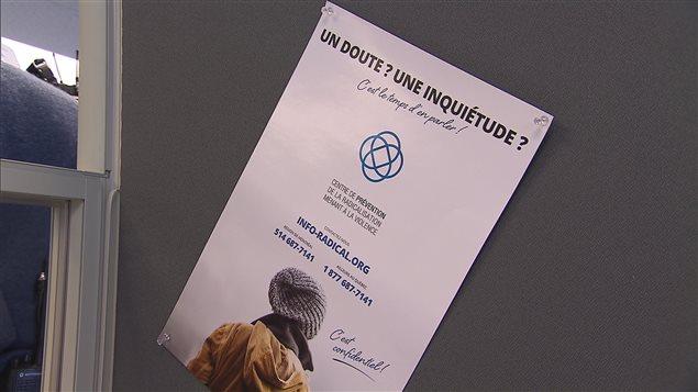 Une affiche du Centre de prévention de la radicalisation menant à la violence à Montréal.
