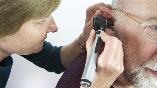 Un médecin examine un patient.