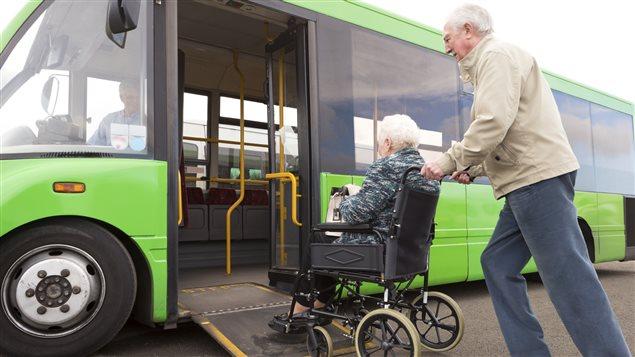 Des a�n�s montent dans un autobus adapt� pour les personnes en fauteuil roulant