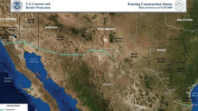 La línea turquesa señala el muro ya construido en diciembre de 2009, en la frontera entre Estados Unidos y México.