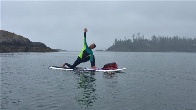 Dede Monette enseigne le yoga sur la planche à Tofino Yoga