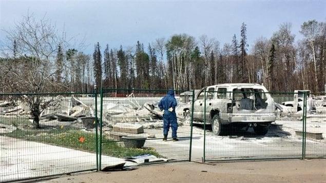 Los residentes decidieron traspasar las barreras para constatar los daños con sus propios ojos.