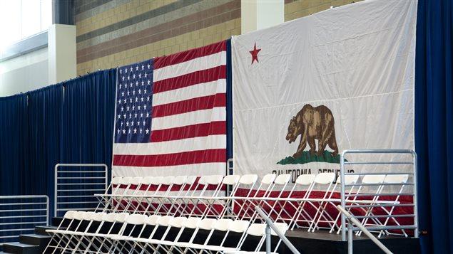 Drapeaux des États-Unis et de la république de Californie