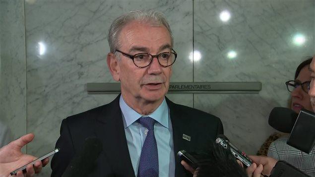 Le commissaire de l'Unité permanente anticorruption, Robert Lafrenière, répond aux questions des journalistes le 3 juin 2016 dans l'édifice de l'Assemblée nationale à Québec, après sa rencontre avec les membres de la Commission de l'administration publique.