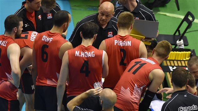 L'entraineur Glenn Hoag et les joueurs de l'équipe canadienne lors du match contre le Japon.