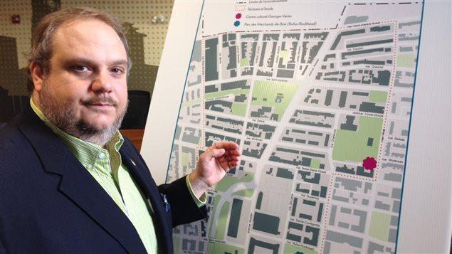 Le maire de l'arrondissement du Sud-Ouest, Benoit Dorais, présentant un plan du secteur à l'étude.