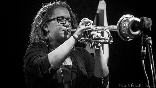 La virtuosidad de sus notas cuando toca la trompeta y la increible capacidad creativa de sus composiciones, hacen de Rachel Therrien una verdadera referencia del jazz. Su última producción, de inspiración colombiana, es una deliciosa mezcla de improvisación y diálogo.