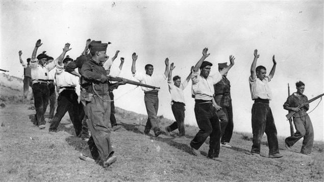 Des soldats nationalistes escortent des prisonniers républicains.