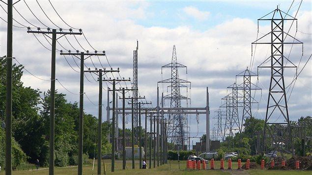 Poteaux de lignes électriques et pylônes d'Hydro-Québec.