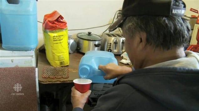 Des problèmes d'accès à l'eau potable existent également dans les communautés autochtones au Canada.