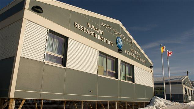 Fondé en 1984 dans les Territoires du Nord-Ouest, l'Institut de recherche du Nunavut est le principal organisme responsable de la supervision et du soutien à la recherche scientifique au Nunavut. Il émet environ 130 licences de recherche scientifique chaque année pour des projets de recherche en santé, environnement et société.