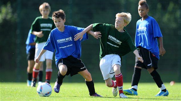 Des jeunes jouant au soccer