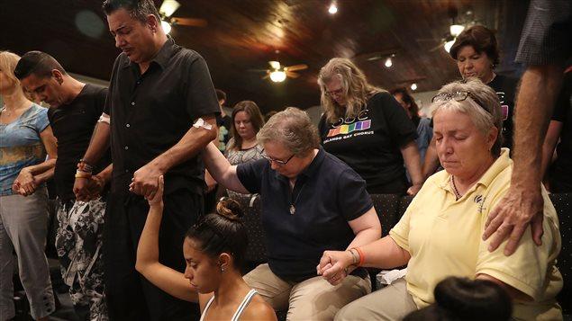 Des gens se recueillent à la suite de la tuerie d'Orlando, survenue le 12 juin 2016