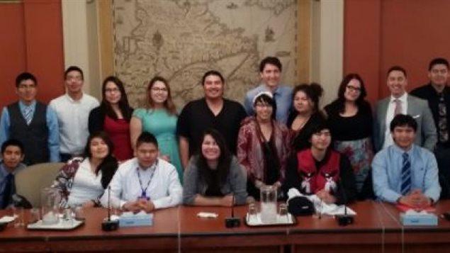 une vingtaine de jeunes de la Nation Nishnawbe Aski autour du premier ministre du Canada, Justin Trudeau