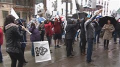 Des manifestants dénonce la réforme du système de santé.