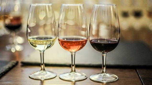 Des verres contenant des vins blanc, rosé et rouge