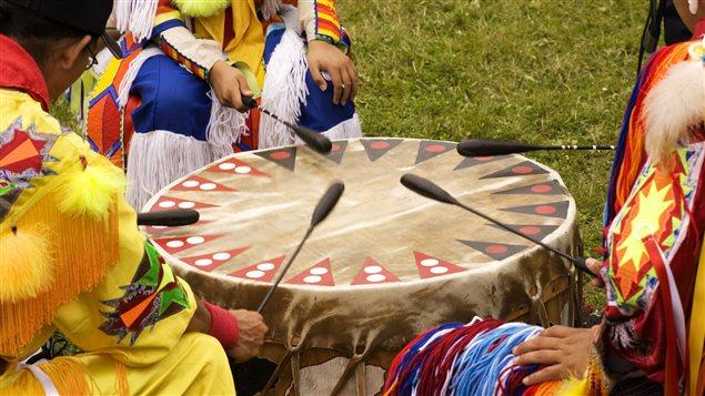 Des musiciens jouent du tambour lors d'un pow-wow.