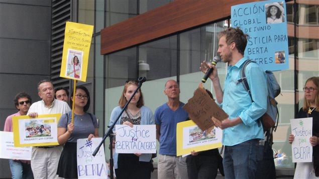 Manifestación frente a la Embajada de Honduras en Ottawa.