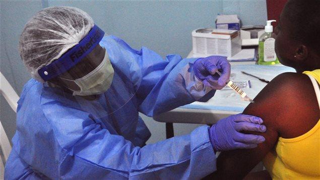 Une infirmière administre un vaccin contre le virus Ebola dans un hôpital du Libéria.