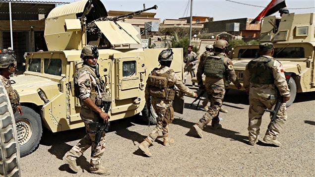 Des membres des forces gouvernementales irakiennes entrent dans le centre de la ville de Falloudja.