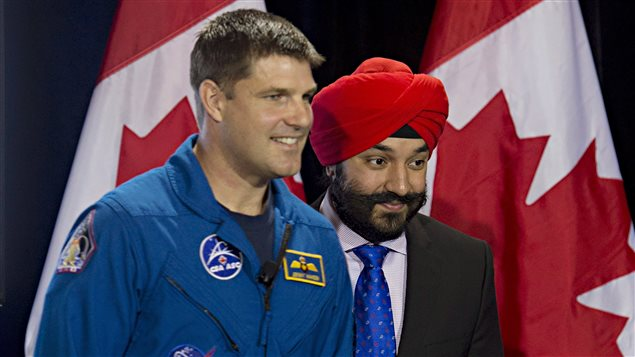 Le ministre de l'Innovation, de la Science et du Développement économique, Navdeep Bains, en compagnie de l'astronaute canadien Jeremy Hansen