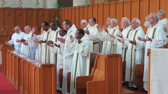 Les dominicains tous réunis pour un chant.