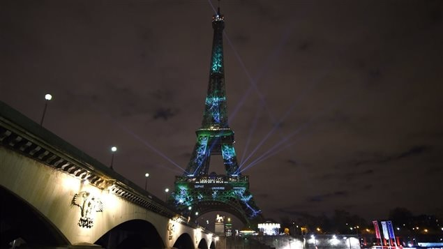 La tour Eiffel est illuminée en arbre géant en marge de la Conférence de Paris sur le climat